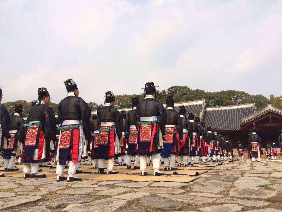 Die Zeremonie zur Ehrung der toten Könige im Jongmyo Schrein in Seoul